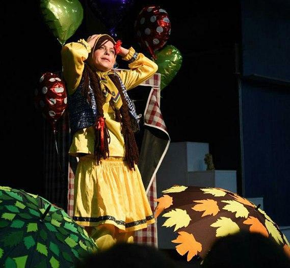 《لباس های رنگارنگ》 نگار نادری در بیست و پنجمین جشنواره بین المللی تئاتر کودک و نوجوان همدان