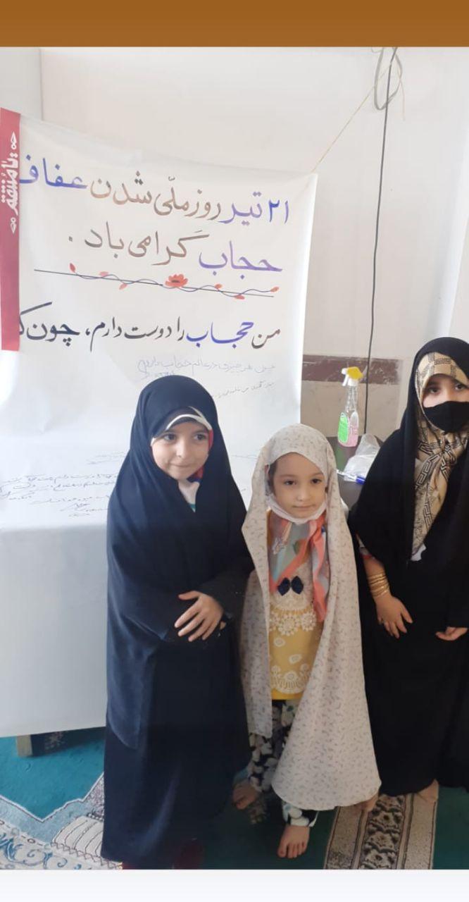 شرکت فعال بانوان بندرکیاشهر در نماز جمعه ، قرائت بیانیه و نگارش جمله ودلنوشته درباره عفاف و حجاب